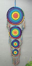 Juweel van een mandala chakra dromenvanger XXL. Deze dromenvanger is gemaakt door een complete Balinese familie. Met vijf mandala's van 42, 31, 22 en 17 cm. Totale lengte 160 cm. Laat je dromen opnemen in het wiel van de magie.