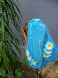 De echte Balinese teenslippers versierd met Frangipani bloemen. In een bijpassend netje. Maat 39