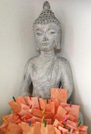 Verrassingszakje met daarin een lief Balinees geschenkje.Vrolijk papieren zakje met een klein gekleurd knijpertje In ieder zakje zit een ander cadeautje.