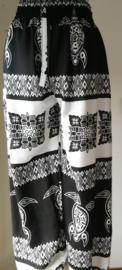 Broek Schildpad zwart/wit. Met breed elastiek in taille/ heupband, sierkoordje aan voorzijde, opgestikt zijvakje en elastiek in enkels. Binnenbeenlengte  70 cm. Heupwijdte tot 1.20 m, taille tot max 90 cm. 100% rayon.