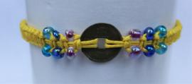 Macramé bracelet geel. Met Balinees geluksmuntje, 29 cm.