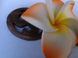 Knot speld. Bali palisander hout met oranje frangipani bloem. 19 cm lang.