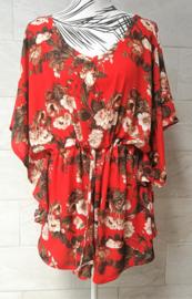 Balinees tuniek jurkje, dé 2020 trend in Indonesie. Bali flower rood/multi. Bovenwijdte max 148 cm, taille max 148 cm, lengte 80 cm. Op maat te maken door tunnel met koord in de taille, één maat. 100% rayon.