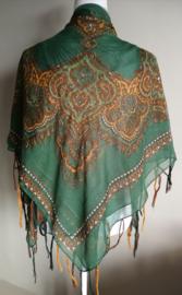 Vierkante omslagdoek mos 1.11x 1.11 cm. In prachtig batik motief met gouddraad en vrolijke gekleurde franje. Van voile crepe.