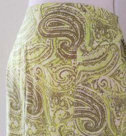 Bali rok 'Springdream'. Met halve elastische band en brede voorband. Twee loopsplitten  midden voor. Heupwijdte 100 cm taille 75 cm. Lengte 99  cm.