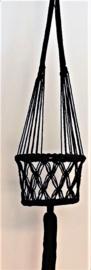 Macramé plantenhanger zwart. Diameter 22 cm, lengte ophangkoord 61 cm, totale lengte 1.01 cm, 100% katoen.