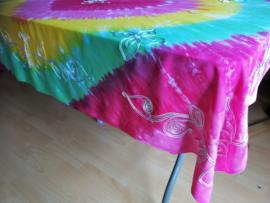 Vrolijk tie dye tafelkleed.In regenboog kleuren. Rijk geborduurd met bloemen. 120x160. 100% rayon. Wasbaar op 40 graden. Tekening kan ivm handwerk onderling iets verschillen.