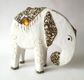 Schitterend handwerk deze olifant. Balinees symbool van  kracht, heilige wijsheid en onsterfelijkheid. 21x20x7cm.