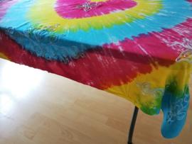 Vrolijk tie dye tafelkleed. Rijk geborduurd met bloemen. 120x160. 100% rayon. Wasbaar op 40 graden. Tekening kan ivm handwerk onderling iets verschillen.