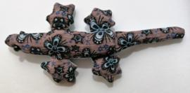 Baby Gekko met  roze  13 cm.  De gekko staat symbool voor geluk, bescherming en een lang en vruchtbaar leven. Wordt geleverd in een prachtig batik zakje.