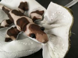 Lief Gekko knuffeltje in wit stoffen Balinees batik zakje