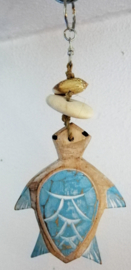Geboortehangertje schildpad 17 cm. De schildpad vertegenwoordigt moeder Aarde. De schildpad is oud en wijs en draagt de harmonie van de aarde en het heelal met zich mee.