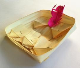 De originele en traditionele handgemaakte Balinese offerbakjes. Versier ze op je eigen manier voor een offertje op eigen wijze. Max 1 product per bestelling.