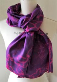 Exclusief batik sjaaltje uit Oost-Java. Lila/roze. 30x195 cm. 100% rayon. Wasbaar op 30 graden.