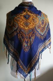 Vierkante omslagdoek blauw 1.11x 1.11 cm. In prachtig batik motief met gouddraad en vrolijke gekleurde franje. Van voile crepe.