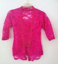 Kinder kebaya met opgenaaide goudkleurige steentjes in stervorm. Fluor roze. Maat 116 bovenwijdte 60 cm. 100% rayon.