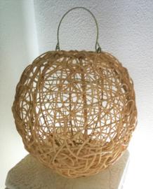 Schitterende bolvormige naturel rotan hanglamp.