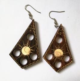 Handgemaakte houten oorbellen, nikkelvrij. Lang 5,5 cm.