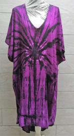 Schitterende oversized tie dye kaftan met unieke print.  Aangeknipte mouw en a-symetrische zoom. Lang model. Purple/zwart en een spoortje wit. Bovenwijdte 160 cm, lengte voor 100 cm, lengte achter 125 cm. 100% rayon.