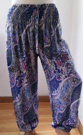 Broek 'Paysley Dream' paars/lila/blauw. Met breed elastiek in taille/ heupband, sierkoordje aan voorzijde, opgestikt zijvakje en elastiek in enkels. Ruimvallend pijp en normale hoogte kruis. 100% rayon.Binnenbeenlengte 75 cm,taille  92 cm, maat 42 t/m 46.