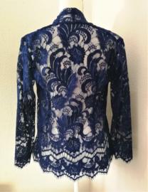 Prachtig handwerk van eigen label. Subliem afgewerkte Balinese kanten kebaya van bijzonder verfijnd nachtblauw Balinees kant. Ned. maat 40/42.  Bovenwijdte tot 96 cm. Taille tot 92 cm. Lengte mouw 54 cm. 100% elastische kanten rayon.