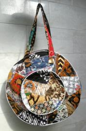 Unieke patchwork Mandala schouder tas, dubbel doorgestikt. Diameter 47 cm, hoofdvak met dubbele rits en voorvak met diameter van 25 cm en enkele rits. Lengte band 39 cm.