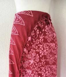 Schitterende batik sarong van zware kwaliteit, roze/rood tinten. Uit Dian's collectie. 110x150 cm met sarongknoop. 100 % rayon.