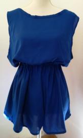 Korte mouwloze jumpsuit 'Bali blue'. Met brede strikband op de rug. Elastische taille. Laag uitgesneden rug. 100% rayon. maat 36 t/m 40