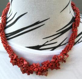 Schitterend neckless gedraaid bewerkt met kleine kraaltjes en steentjes. Lengte 50 cm en verstelbaar in drie maten.