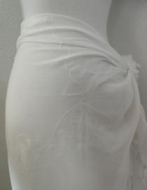 Sarong creme met borduursels ton sur ton. 115x150 cm 100% Rayon (kunstzijde) wasbaar op 30 graden.  Met sarongknoop.