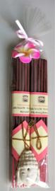 Heerlijk geurend wierook cadeausetje met+/- 10 stokjes Rose & 10 stokjes Frangipani en een handgemaakt stenen Boeddha houdertje.  Versierd met roze Frangipani bloemetje.