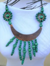 Grote halsketting. Halve maan van palisander met groene houten kralen. Lengte koord tot max. 36 cm.
