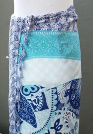 Sarong olifant Bali 'Zentangle' blue. 115x150 cm, 100% Rayon (kunstzijde) wasbaar op 30 graden. Met sarongknoop.