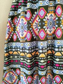 Strapless jurkje 'Bali style'. Gesmockt bovenlijfje, met halterbandje, zijsplitje, lengte 111 cm  vanaf bovenkant smockrand. Bovenwijdte rekbaar tot 100 cm. One size  size voor maat 36 t/m 42. 100% rayon.