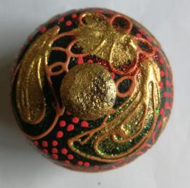 Mini suikerpotje. Juweeltje van Balinees handwerk. Bewerkte kokosnoot, beschilderd met Acryl verf. Diameter 6 cm.