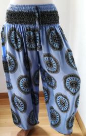 Broek 'Mandala', zachtblauw. Met breed elastiek in taille/ heupband, sierkoordje aan voorzijde, opgestikt zijvakje en elastiek in enkels. Ruimvallende pijpen. 100% rayon binnenbeenlengte 76 cm, taille tot max 1.04. Heup tot max 1.40. Maat 44 t/m 52