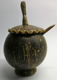 Handgemaakte suikerpot van kokosnoot met rattan afgewerkt. Met suikerschepje.