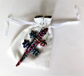 Baby Gekko 13 cm. De gekko staat symbool voor geluk, bescherming en een lang en vruchtbaar leven.  Wordt geleverd in een prachtig wit batik zakje.