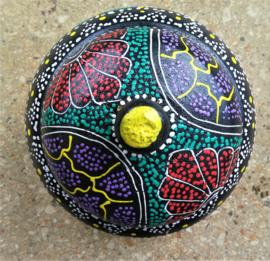 Thee box incl. thee. Juweel van Balinees handwerk, beschilderd door de Bali Aga, de Balinese aboriginals. Bewerkte kokosnoot, beschilderd met acryl verf. Diameter 13 cm.