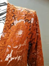 Traditionele Balinese kanten Kebaya choklat. Ned. maat 38/40. Bovenwijdte tot 92 cm. Taille tot 86 cm. Lengte mouw 55 cm. 100% elastische kanten rayon.