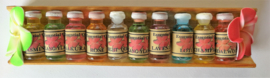 Houten treetje van Sawo hout met 10 verschillende essentiele olietjes van 4,5 ml. Voor gebruik in een brandertje of verdamper. Kleuren Frangipani bloemetjes varieren.