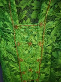 Kinder kebaya met opgenaaide goudkleurige steentjes in stervorm. Groen. Maat 116 bovenwijdte 60 cm. 100% rayon.