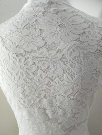 Traditionele Balinese kebaya korte mouw wit. Bovenwijdte tot 90 cm, taille tot 80 cm. Ned. maat 34-36. 100% elastiche kanten rayon.