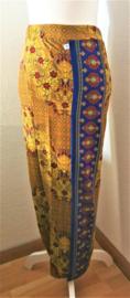 Bali rok, de authentieke en klassieke batik jarik voor de Balinese vrouw. Met elastische taille en diep loopsplit.  Heupwijdte 90 cm taille 80 cm. Ned. maat 36/38.  100% licht elastische rayon