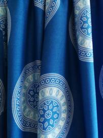 Broek Mandala, hemelsblauw. Met breed elastiek in taille/ heupband, sierkoordje aan voorzijde, opgestikt zijvakje en elastiek in enkels. Ruimvallende pijpen en normale hoogte kruis. 100% rayon. Binnenbeenlengte 71 cm Maat 36 t/m 42.