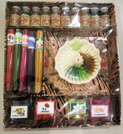 Schitterende cadeau set. 10 verschillende essentiële olietjes voor in een verdamper of brander, 5 pakjes van 10 wierooksticks en 5 pakjes met wierookkegeltjes. Samen met een schitterende handgemaakte stenen wierookhouder In een prachtige batik doos.