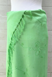 Sarong pastel groen met licht wolkje tie dye en borduursels ton sur ton. 170x110 cm met sarongknoop. 100 % rayon.