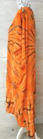Schitterende oversized tie dye kaftan met unieke print.  Aangeknipte mouw en a-symetrische zoom. Lang model. Oranje/zwart. Bovenwijdte 168 cm, lengte voor 103 cm, lengte achter 126 cm. 100% rayon.