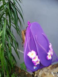 De echte Balinese teenslippers versierd met Frangipani bloemen. In een bijpassend netje. Maat 38