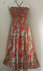 Strapless jurkje 'Paisley dream' rood, Gesmockt bovenlijfje, zijsplitje, lengte 104 cm  vanaf bovenkant smockrand. Bovenwijdte rekbaar tot 100 cm. One size  size voor maat 36 t/m 42. 100% rayon.